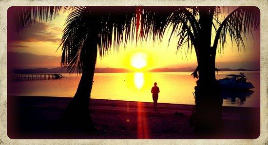 Huma Island Resort & Spa : Watching the sunset on the beach