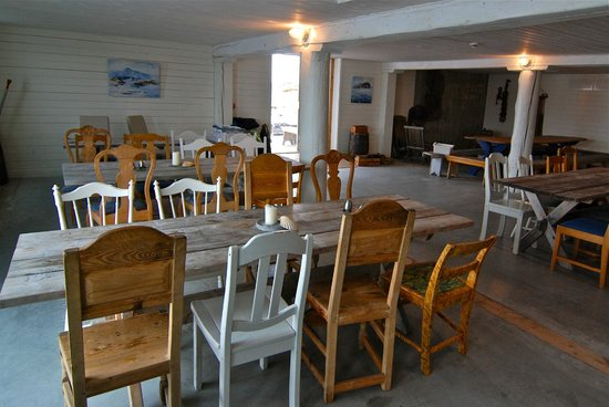 Sveggvika Guesthouse: The dining room. 5 Star rated - just look out the window on a clear night.
