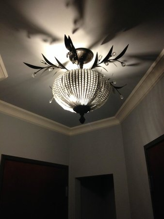 Villa Montes Hotel, an Ascend Collection Hotel: nice chandelier in room