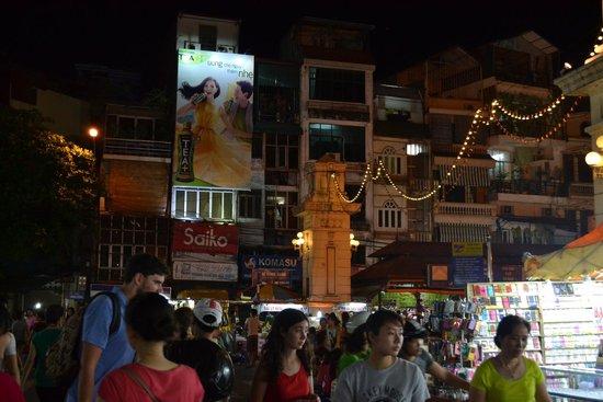 Hanoi Boutique Hotel & Spa: Ночной рынок недалеко от отеля