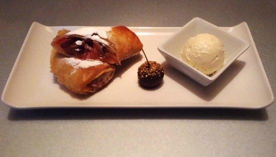 Apple Bar and Restaurant: Яблочно-клубничный штрудель