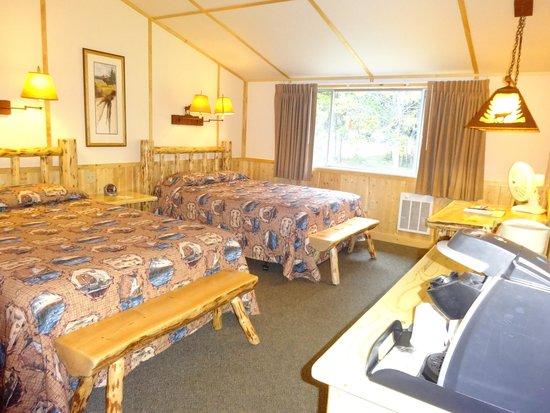 Lake Lodge Cabins : ウエスタンキャビン。窓の外の木にクマさんの爪痕いっぱい
