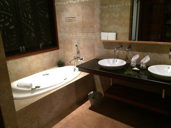 Le Duc de Praslin: Large bathroom