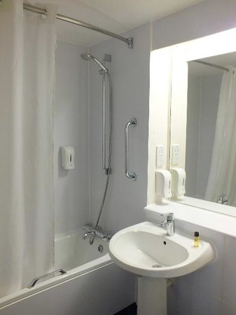Travelodge Glasgow Central: The Bathroom was bright and clean.