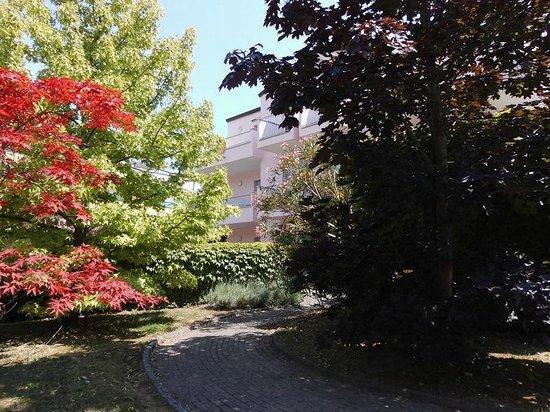 Bosco Canoro: blühende Gartenanlage vor dem Haus