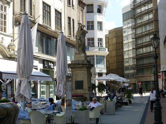 Vorosmarty Square (Vorosmarty ter): Deak Ferenc Street
