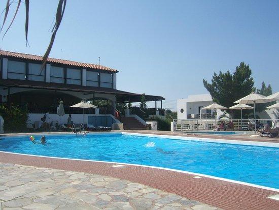 Hersonissos Village Hotel : La piscine et la terrasse
