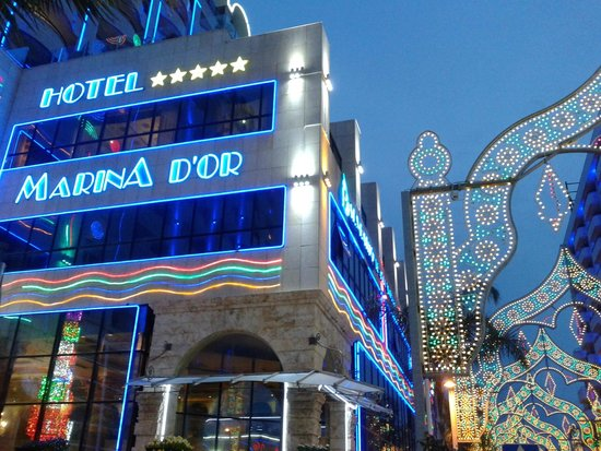 Marina d'Or 5: Fachada iluminada Hotel 5*