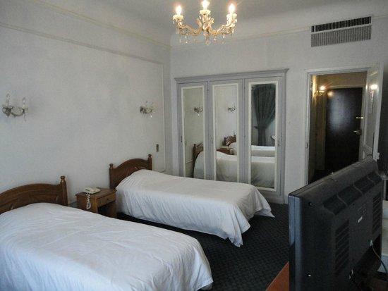 Safir Hotel Alger: Placards et lits