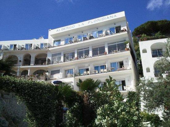 Hotel La Floridiana: Vista Hotel dalla piscina