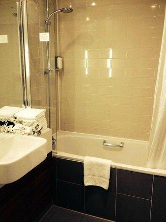 Citadines Holborn-Covent Garden London: Lavabo y ducha