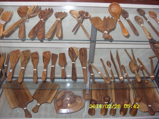 Elysee: Mini boutique with olive wood utensils for kitchen produced from us