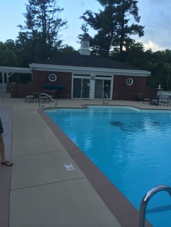 Inn on Crescent Lake: Pool house and Pool