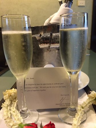 Banyan Tree Bangkok : Complementary Champagne to celebrate our wedding anniversary