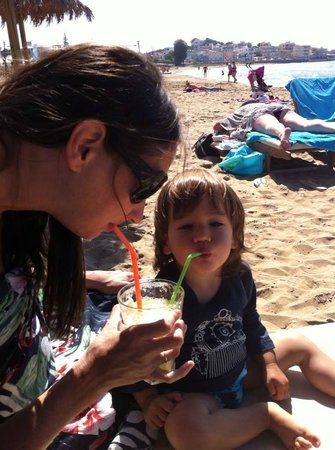 Ammos Hotel: drinking smoothie on the beach