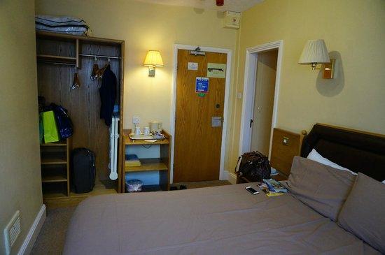 Sandringham Hotel: Открытый платяной шкаф