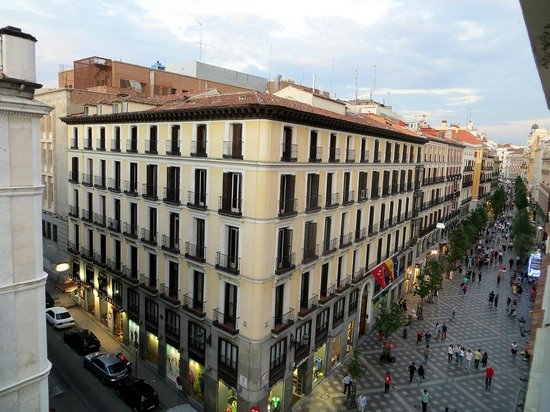 Calle arenal vista da finestra stanza picture of hotel for Hotel arenal madrid