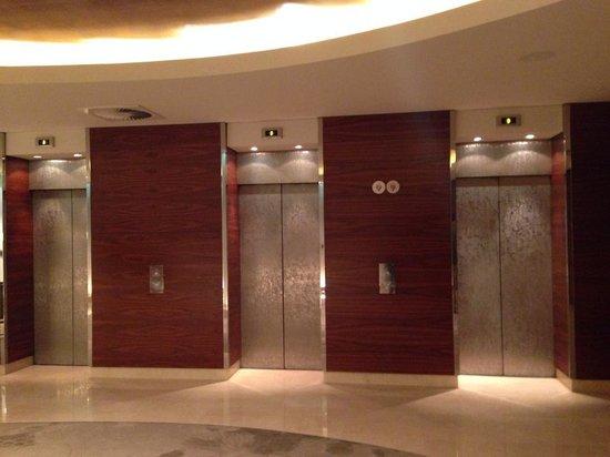 Hotel Okura Amsterdam: Lobby lifts
