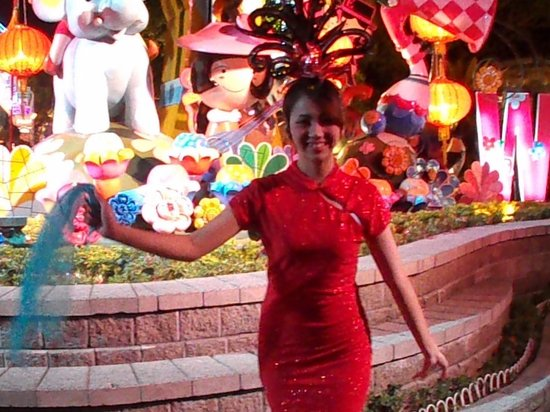 Phuket FantaSea : Jeune fille qui nous amuse en dansant sur le site