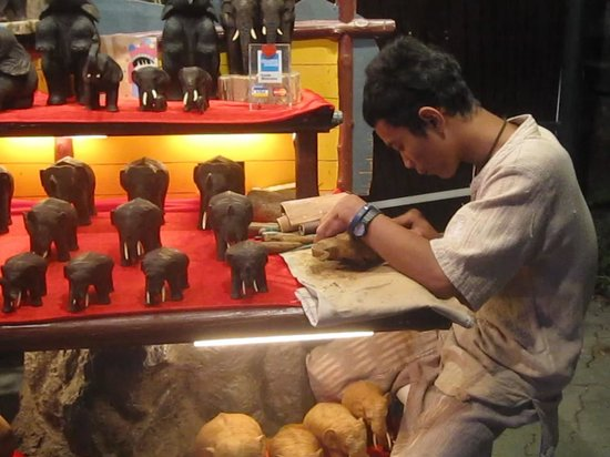 Phuket FantaSea : Jeune sculpteur d'éléphant