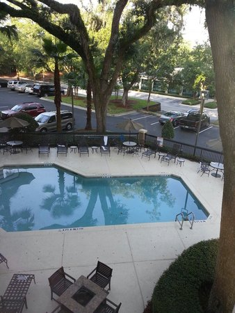 Hampton Inn Jacksonville/Ponte Vedra Beach-Mayo Clinic Area: Shady pool area.