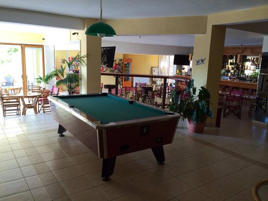Alexandros : Poolside bar and games room