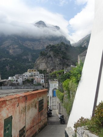 Villa dei Fisici : Walking Down to the Town of Positano