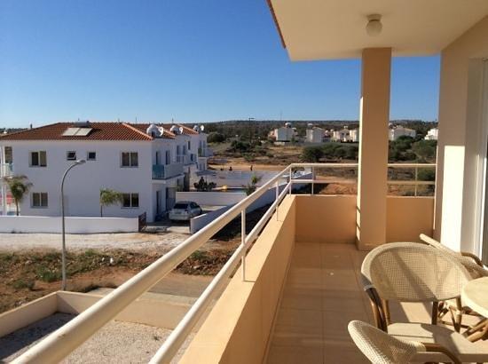 Nissi 3 : вид с балкона А9 на виллы, с которых постоянно доносится визг и шум пьной английской молодежи, с