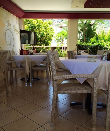 Alexandros : They showed the World Cup on the tv in the corner of the restaurant - Nicely furnished and well