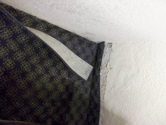 Embassy Suites by Hilton Miami - International Airport: Trim pulling away from the wall where it has been repeatedly wet