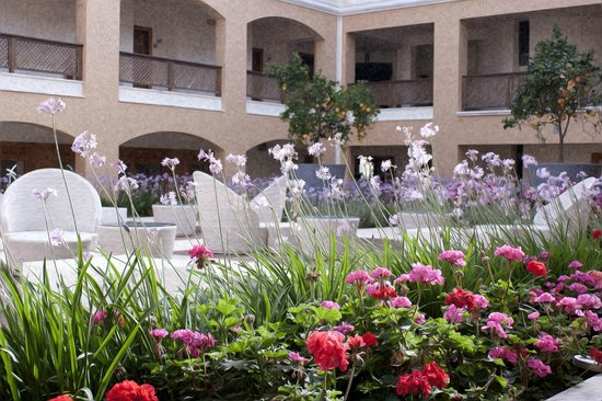 Minoa Palace Resort: Atrium within the mountain-side complex
