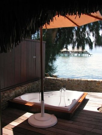 Sofitel Moorea Ia Ora Beach Resort : Jacuzzi tub on villa deck