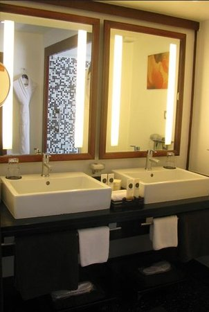 Sofitel Moorea Ia Ora Beach Resort : Master bath in villa