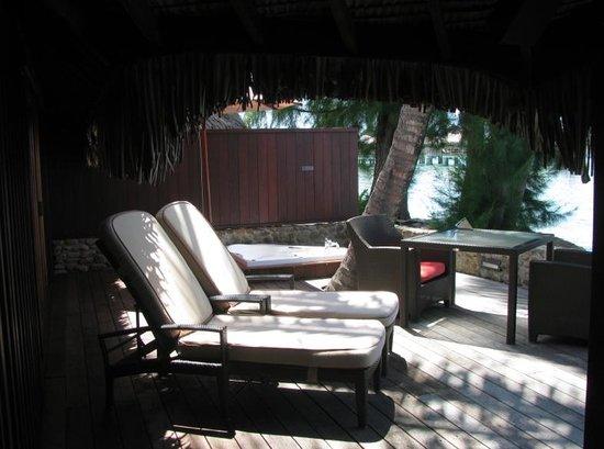 Sofitel Moorea Ia Ora Beach Resort : Villa deck