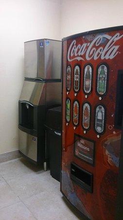 La Quinta Inn & Suites Houston Bush Intl Airport E: vending machine e gelo