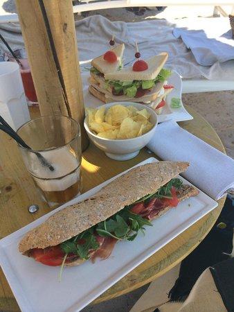Hôtel Le Pinarello : Sandwich jambon cru et club sandwich sur les transats