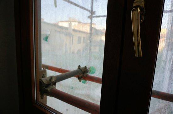 Hotel Mia Cara & Spa: Вид из окна удручал