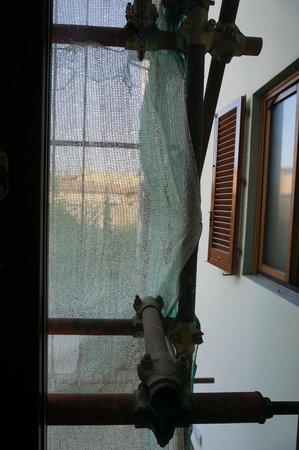 Hotel Mia Cara & Spa: Вид из окна на строительные леса и сетку - не повезло
