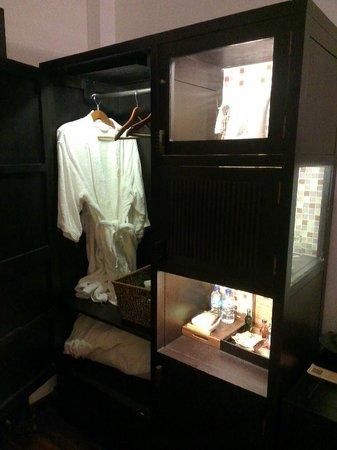 Cinnamon Hotel Saigon: Cupboard (tea + coffee + bathrobes)