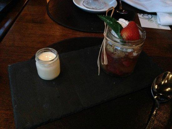 Raglan Road Irish Pub & Restaurant : Strawberry & Apple Crumble