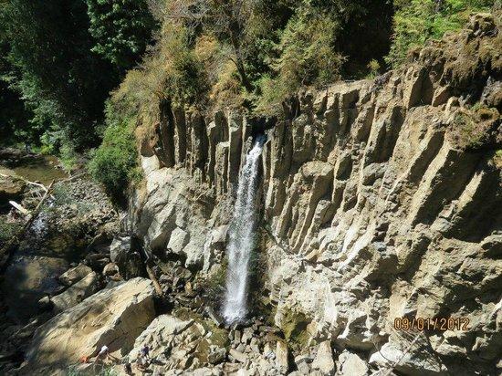 Drift Creek Falls Trail: Zoomed in view of Drift Creek Falls from suspension bridge