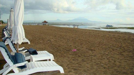 Grand Mirage Resort and Thalasso Bali: Пляж во время отлива