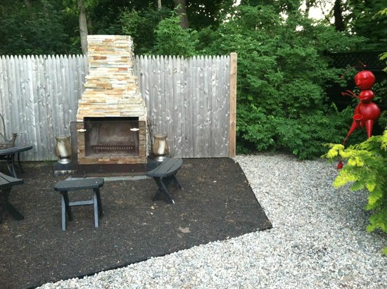 The Platinum Pebble Boutique Inn: Outdoor fireplace