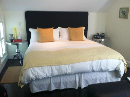 The Platinum Pebble Boutique Inn : The king bed in our room