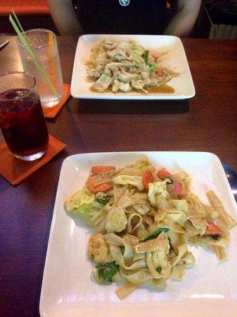Pum Thai Restaurant & Cooking School: Yummmm :)  2 noodle dishes  1 hibiscus tea 1 lemongrass tea