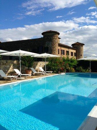 Castello di Gabbiano: Beautiful pool area - castle view