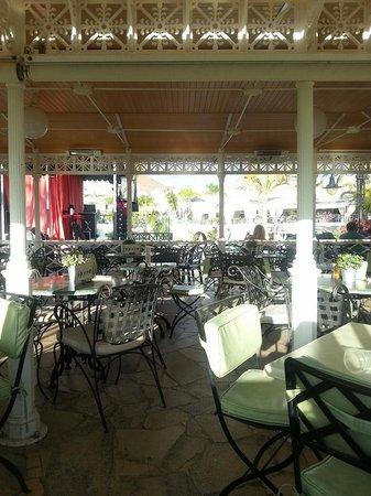 Gran Oasis Resort: Pool bar area