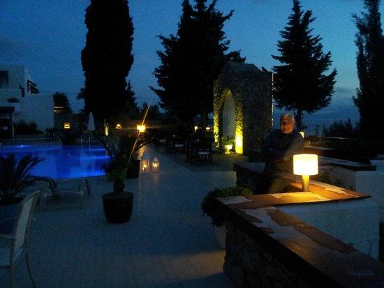 Hotel Manastir : Vista noturna - piscinas