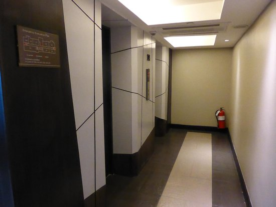 Golden Tulip Mandison Suites: Entrance to the lift/elevator