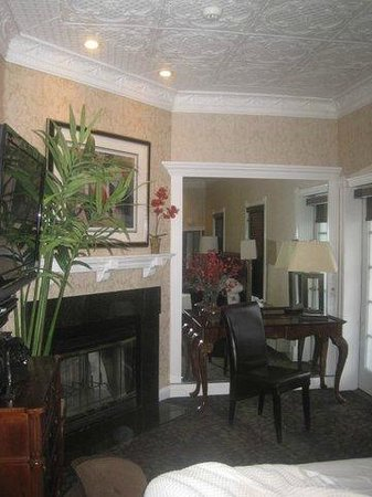 Chateau Inn & Suites: sitting area